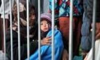 Segundo a ONG Save the Children, ao menos 250 mil crianças se encontram sitiadas na Síria, cercadas pelas consequências da guerra civil. Algumas são obrigadas a se alimentar com ração para animais e capim para conseguir sobreviver