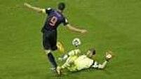O que parecia impossível, aconteceu aos 26 minutos, quando Casillas falhou na saída, deixando a bola escapar para Van Persie fazer seu segundo, o quarto dos holandeses.