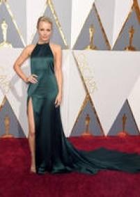 """Rachel McAdams elegeu um vestido da marca A<a href='http://https://www.instagram.com/explore/tags/augustgettyatelier/' target='_blank'>ugust Getty Atelier</a>com decote nas costas e fenda profunda em uma das pernas. O verde esmeraldatambém aparece na maquiagem da atriz, que é uma das indicadas da noite por """"Spotlight""""."""