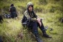 Juliana, uma combatente das Forças Armadas Revolucionárias da Colômbia (Farc), descansa durante trilha na região andina do país no Estado de Antioquia; como muito de seus companheiros, ela fugiu de casa quando era adolescente e se juntou ao guerrilheiros seguindo o caminho de um tio