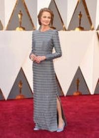 """Indicada ao Oscar por seu papel de protagonista em """"45 anos"""",<a href='http://https://www.instagram.com/explore/tags/charlotterampling/' target='_blank'>Charlotte Rampling</a>apostou em vestido de mangas longas com padronagem geométrica e fenda lateral, da Armani Privé."""