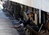 Refugiados viajam nos trens da forma que conseguem para tentar chegar a países como Hungria e Sérvia. Em agosto de 2015, milhares de pessoas passaram a noite ao relento depois que a Macedônia declarou estado de emergência