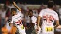 João Schmidt fezenorme festa com seu primeiro gol pelo time profissional do São Paulo