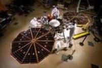 A missão InSight permitirá, pela primeira vez, investigar as características das camadas profundas do solo marciano. Para isso, seu módulo de pouso é equipado com um braço robótico que introduzirá os instrumentos científicos no solo em profundidades de três a cinco metros. Como o Planeta Vermelho não possui placas tectônicas e tem muito menos atividade geológica que a Terra, ele guarda em seu interior registros muito completos da história de sua formação.