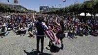 Torcedores norte-americanos param de fazer tudo e se mobilizam para ir a estádios de futebol americano e na rua para assistir ao jogo entre EUA x Bélgica. Em San Francisco, os torcedores ficaram em frente ao City Hall para acompanhar a partida.