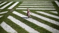 Menina caminha pelo jardim do Museu de Arte Contemporânea de Chicago. Foto: Jim Young/Reuters A girl walks through the sculpture garden at the Museum of Contemporary Art in Chicago, Illinois, September 3, 2014. REUTERS/Jim Young (UNITED STATES - Tags: ENTERTAINMENT SOCIETY)
