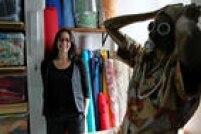 Lu Bueno na sala em que são guardados os tecidos: tudo é organizado por cores e estilos