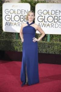 """Kate Winslet. Vencedora do prêmio demelhor atriz coadjuvante por seu papel em """"Jobs"""", a atriz foi uma das que elegeu o azul escuropara o evento. O decote alto de seu Ralph Lauren feito sob medida criou o contraponto perfeito com a fenda poderosa."""
