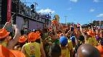 Foliões acompanham trio elétrico de Ivete Sangalo em Salvador