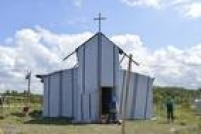 Igreja improvisada no acampamento ilegal de Calais