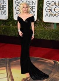 Lady Gaga. Pela primeira vez concorrendo como atriz, a cantora compareceu ao evento com um Versace preto com decote ombro a ombro e shape sereia. O penteado ajudou a completar o visual 50's, inspirado em Marilyn Monroe