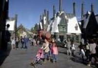 """""""The Wizarding World of Harry Potter"""", que abre em 7 de abril, traz à vida o vilarejo de Hogsmeade, criado pela autora J.K. Rowling na saga dos livros e filmes."""