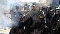 Polícia atira bombas de gás contra manifestantes. Jornalistas estrangeiros ficaram surpresos com a violência policial.