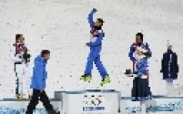 Atleta da Biélorússia, Anton Kushnir comemora o lugar mais alto do pódio. Kushnir conquistou a medalha de ouro na modalidade esqui aéreo estilo livre.