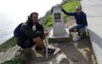 Os jornalistas Filipe Araujo (à esq.) e Felipe Mortara em Finisterra, na etapa final do Caminho de Santiago