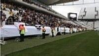 O último teste na Arena Corinthians antes da abertura da Copa do Mundo foi marcada pelo improviso. Paus e cavaletes lembravam o público que o estádio ainda está inacabado e não deve ficar pronto para receber Brasil x Croácia.