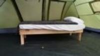 As camas foram construídas pelos próprios torcedores que fazem parte da organização do acampamento