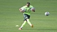 O camisa 10 da seleção brasileira apareceu na manhã deste domingo com um novo visual na Granja Comary. O atacante do Barcelona descoloriu o cabelo
