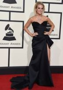 A cantora coutry Carrie Underwood fez do colar de diamantes e rubis a estrela da produção. O vestido preto com volume, assinado pelo estilista Nicolas Jebran, formou um combo glamouroso com o cabelo liso e os olhos esfumados.
