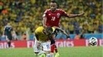 Todavia, o lance que ficou marcado na partida foi a joelhada que o lateral Zúñiga deu nas costas de Neymar. No lance, o brasileiro fraturou a terceira vértebra e teve de ser cortado do Mundial