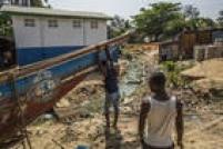 Moradores estão em quarentena na comunidade vizinha ao Cais Tamba Kula, isolada há duas semanas, após o registro de novos casos de Ebola. A suspeita é de que a doença tenha voltado a Serra Leoa com os pescadores da região