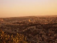 Em Israel, a água é escassa. O paístem um déficit de 45% de água. A Lei da Água, de 1959, estabelece, entre outras questões, que o dono da terra não é o dono da água. Além disso, o recurso tem um preço eo valor arrecadado é aplicado na melhoria da infraestrutura hídrica e da rede de abastecimento. (Fonte: Ministério do Meio Ambiente)