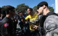 Com a camisa da seleção brasileira, manifestante contrário a Lula e Dilma ameaça defensor do governo