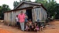 SCA5367 CANAÃ DOS CARAJÁS - ECONOMIA - ESPECIAL DOMINICAL - Fotos gerais da Vila de Mozartinópolis, mais conhecida como Racha Placa, onde os moradores receberam ofertas para venda de suas casas pela VALE, alguns não aceitaram e passaram a viver isolados, sem comércio local e afastados de CANAÃ DOS CARAJÁS no sul do PARÁ, onde a mineradora VALE, desenvolve as obras de construção da usina do Projeto Ferro Carajás S11D, na foto a casa do sr Antonio Maurício Gustavo e sua família.FOTO SERGIO CASTRO/ESTADÃO.