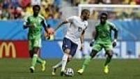 A França errou muitos passes no início da partida, e insistia com faltas perigosas na entrada área