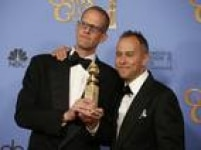 'Divertida Mente' levou o Globo de Ouro. O diretor Pete Docter e oprodutorJonas Rivera posam com o prêmio