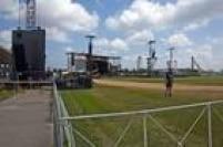 Homens trabalham na montagem do palco para apresentação da banda Rolling Stones em Havana, nessa sexta, 25.