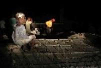 Menino descansa em muro destruído após terremoto