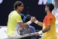 Nadal (esquerda) cumprimenta o espanhol Fernando Verdasco, que venceu o jogo na primeira rodada na Austrália