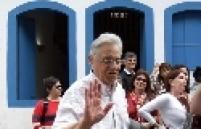 Ex-presidente Fernando Henrique Cardoso passeia pelas ruas de Paraty