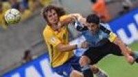 David Luiz teve trabalho diante deSuárez no empate por 2 a 2, no Recife, na última sexta-feira (27)