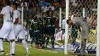 Palmeirenses comemoram gol na Vila Belmiro. Equipe sai na frente do Santos, mas acaba levando a virada