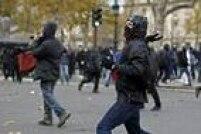 Manifestante joga objeto contra a polícia durante confronto em Paris