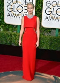 Jennifer Lawrence.Sempre de Dior, a atriz elegeu um vestido vermelho tipo coluna, com recortes na altura da cintura. A grande estrela do look foi a gargantilha de diamantes, que combinou com o penteado discreto (um pouco careta até).