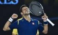 Novak Djokovic comemora vitória sobre Roger Federer que o colocou na final do Aberto da Austrália pela sexta vez