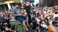 Foliões da capital paulista se dirigem para os blocos da região do Baixo Augusta na tarde deste domingo