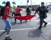 Armados com bandeiras, manifestantes entraram em confronto na Praça dos Três Poderes