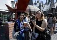 Convidados experimentam a 'cerveja amanteigada', iguaria do mundo de Harry Potter, no novo parque da saga em Los Angeles