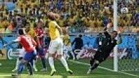 Thiago Silva desvia o escanteio de Neymar, e David Luiz completa a jogada mandando para o gol! 1 a 0 para o Brasil