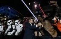 Ator Andy Serkis com fãs na estreia, segunda-feira, 14, em Hollywood