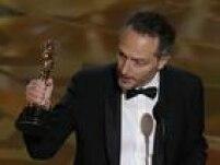 Emmanuel Lubezki foi o responsável por interromper - por pouco tempo - a sequência de Mad Max. Ele leva o prêmio pelo trabalho em O Regresso.