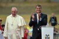 No giro pela América Latina, Francisco<a href='http://internacional.estadao.com.br/noticias/geral,papa-da-periferia--francisco-comeca-viagem-a-equador--bolivia-e-paraguai,1719360' target='_blank'>visitouEquador, Bolívia e Paraguai</a>. Na imagem, opresidente do Equador, Rafael Correa (D), aplaude o papa Francisco em sua chegada no aeroporto da capital Quito