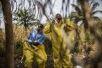 Os membros de uma equipe de enterro vestem a roupa de proteção antes de manusear três vítimas do Ebola no vilarejo de Rosanda, no Cemitério Rogbon, em Mateneh, em Serra Leoa