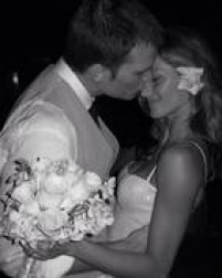 No dia de seu casamento com Tom Bradyqueaconteceu em 2009 em uma igreja de Santa Mônica, na Califórnia