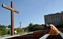 Trabalhadores cubanos constroem altar para a visita do Papa Francisco