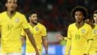 Jogadores do Brasil saem do Chile desanimados após o futebol ruim apresentado em derrota
